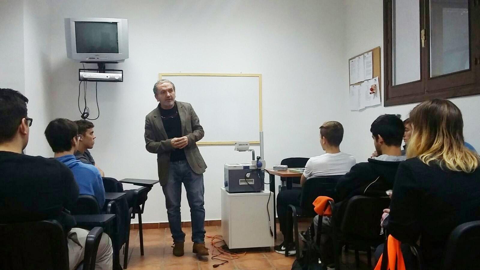 """Los alumnos de Sala recibieron una charla sobre la """"Actitud en el Servicio"""" impartido por Manolo Espada responsable del Restaurante La Escalera de Manolo Espada."""