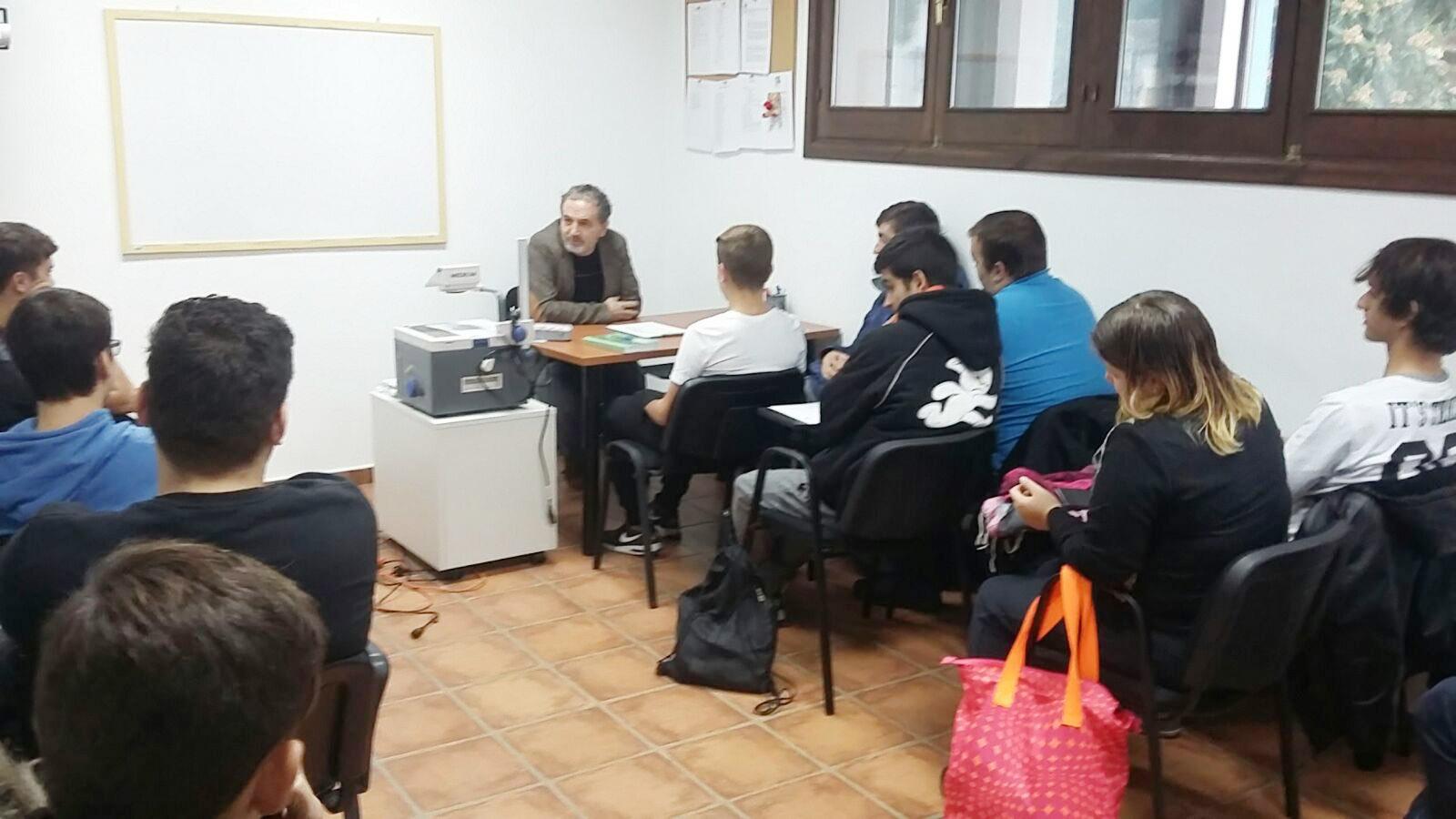 """Los alumnos de Sala recibieron una charla sobre la """"Actitud en el Servicio"""" impartido por Manolo Espada responsable del Restaurante La Escalera de Manolo Espada"""